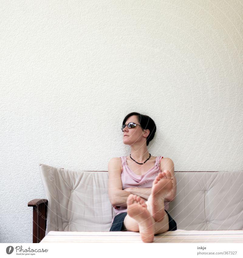 Sommerpause Mensch Frau Ferien & Urlaub & Reisen Sonne Erholung ruhig Erwachsene Wand Leben Mauer Stil Fuß Körper Fassade Freizeit & Hobby