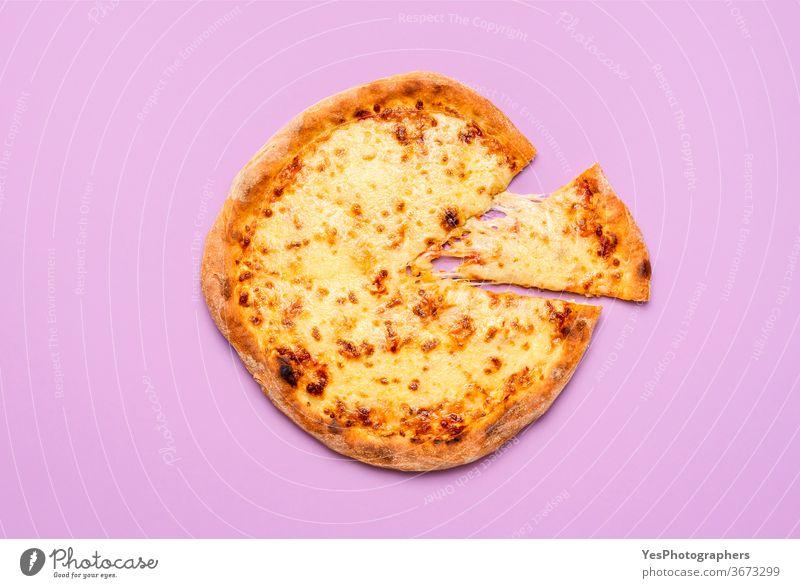 Einfache Käsepizza mit geschmolzenem Mozzarella und Tomatensauce. Pizza-Scheibe Italienisch obere Ansicht Hintergrund elementar Käse-Pizza klassisch