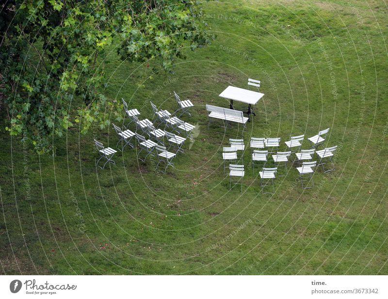 es könnte dann losgehen wiese tisch stühle weiß grün äaste baum sitzordnung hochzeit abstand bank zeremonie anordnung vogelperspektive trauung trauzeremonie