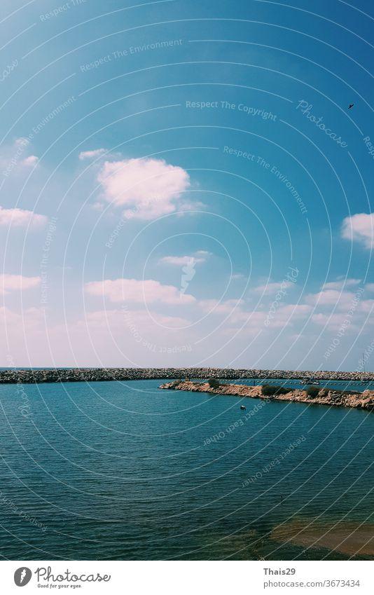 Meer Seitenansicht, dunkel tiefblaues Wasser keine Wellen, blauer Himmel sonniger Tag, Tel Aviv, Israel panoramisch Wolkenlandschaft winken aqua Urlaub
