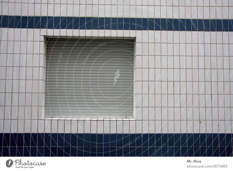 Fassade eines Wohnhauses incl. Fenster und Rolladen Wand Fliesen u. Kacheln Mauer Strukturen & Formen Haus urban weiß blau Gebäude Muster Architektur Linie