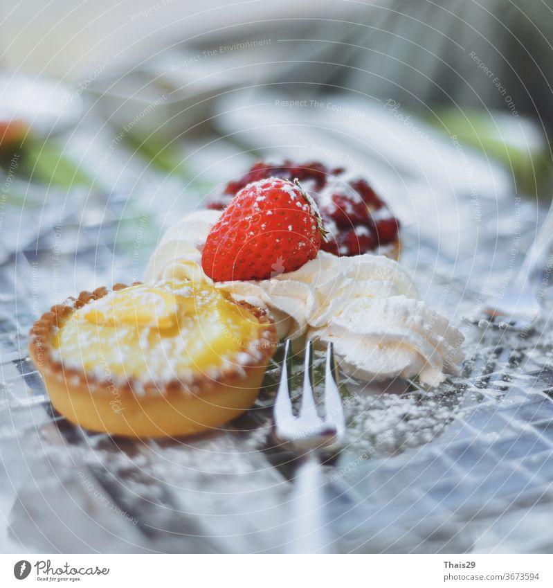 Zitronen-Limetten-Erdbeer-Backwaren Kuchencreme süßes Dessert auf Teller Käsekuchen Spielfigur gebacken Frühstück Lebensmittel Frucht Sahne Feinschmecker frisch