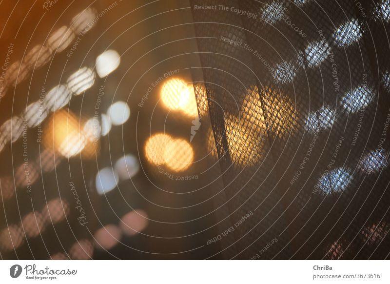 abendliches Lichterspiel zwischen Rolladen und Gardine Bokeh lichter Hintergrund Unschärfe abstrakt Dekoration & Verzierung verschwommen farbenfroh glühen hell