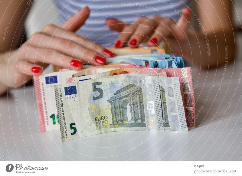 Zahltag | Hände einer jungen Frau und viele Geldscheine, die vor ihr auf dem Tisch stehen. Euroschein zählen sortieren Junge Frau sparen sparsam rechnen