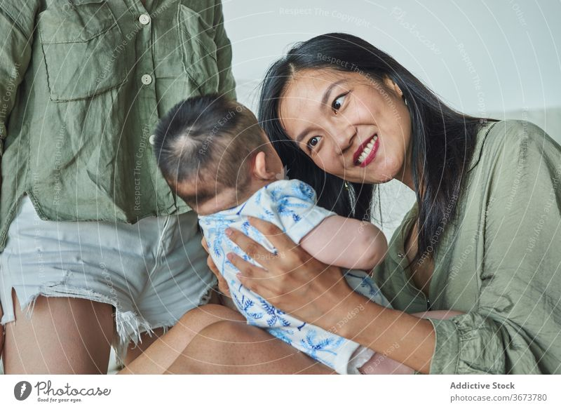 Mutter hält sie bald und lächelnd zu Hause Familie Baby Kind Junge Papa Mama Spaß genießen heimwärts zu Hause bleiben schön Model Porträt flach Menschen
