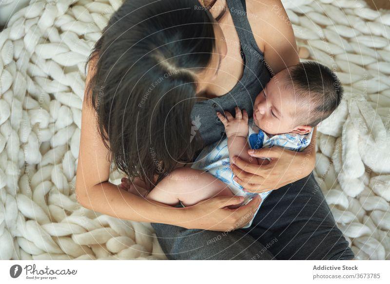 Baby hält die Hand seiner Mutter Familie Kind Junge Spaß genießen heimwärts zu Hause zu Hause bleiben schön Model Porträt flach Menschen glückliche Familie
