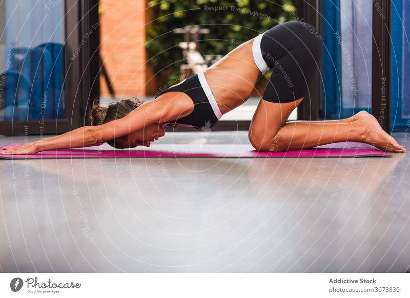Fit Frau Stretching zurück auf Yoga-Matte zu Hause Dehnung Rücken üben Vitalität Barfuß Gesundheitswesen Wohlbefinden Unterlage Stressabbau Sprit Energie