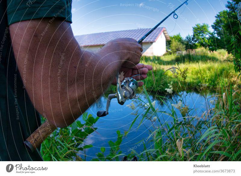 Angler richtet seine Angel aus. Fisch Wasser Fischwirtschaft Fluss Flussufer Fischer Angeln Farbfoto Außenaufnahme Freizeit & Hobby Angelrute Sport, fangen Mann