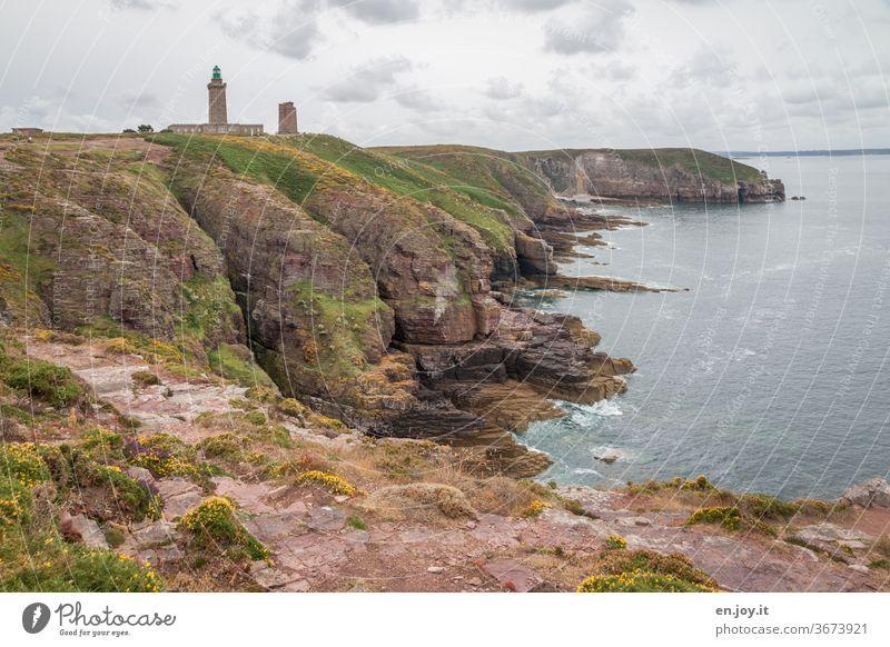 Phare du Cap Fréhel ein Leuchtturm an der Côtes-d'Armor in der Bretagne Küste Frankreich Europa Meer Horizont Felsen Turm zwei Himmel Weite Weitwinkel Wolken