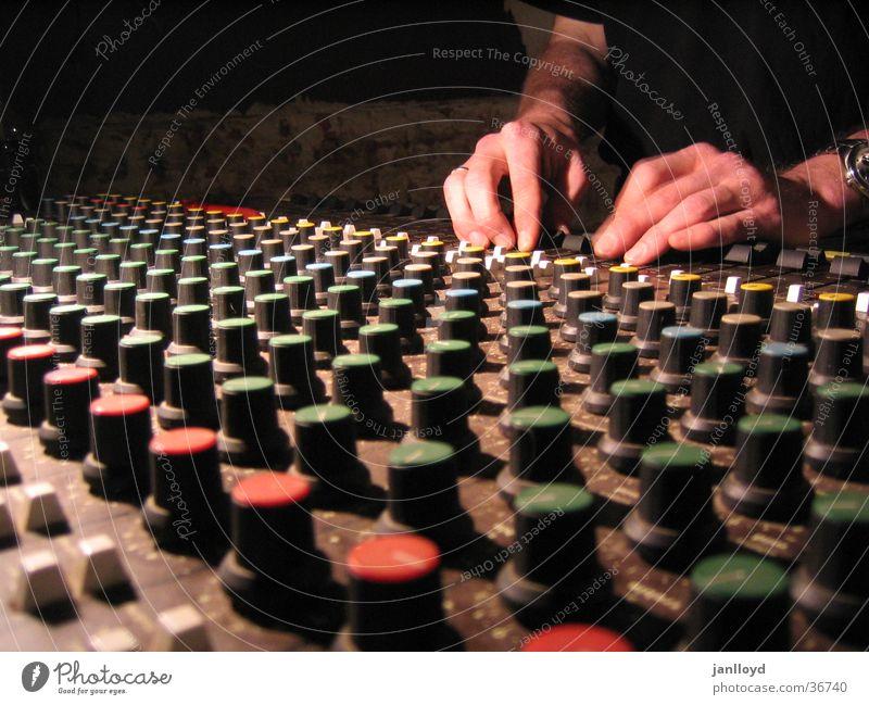 Mischer at work Musikmischpult dunkel Hand Regler Knöpfe Werkstatt Radio Perspektive