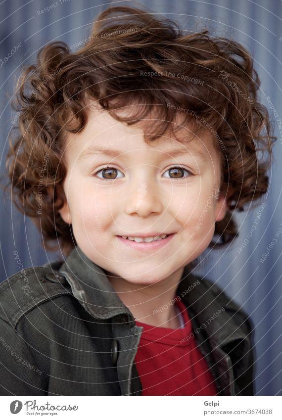 Schöner Junge mit schönen Augen bezaubernd Hintergrund Schönheit lässig Kaukasier heiter Kind Kindheit Kinder lockig niedlich ausbilden Ausdrücken Ausdruck