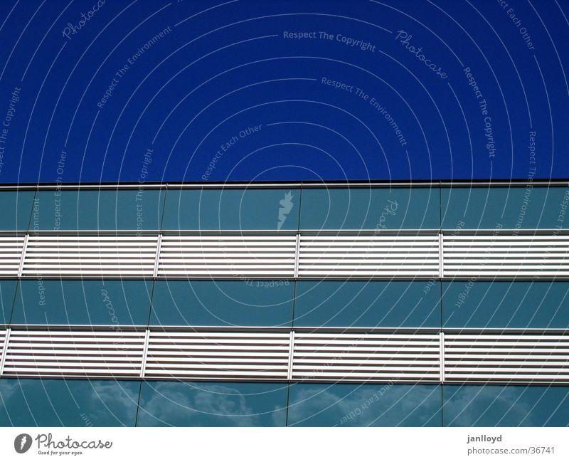 Fassade meets Himmel Himmel blau Architektur Fassade modern Streifen