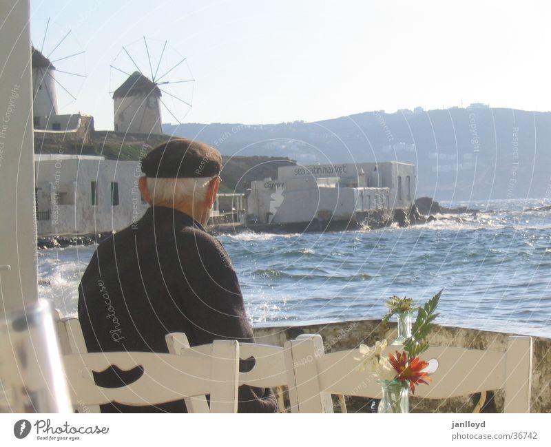 Sehnsucht Mann alt Meer Strand Tisch Stuhl Griechenland