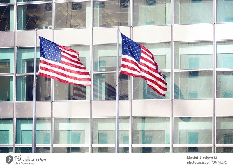 Zwei amerikanische Flaggen vor einem Bürogebäude, New York. Fahne USA Wolkenkratzer Patriotismus Amerikaner urban national New York State Freiheit winkend