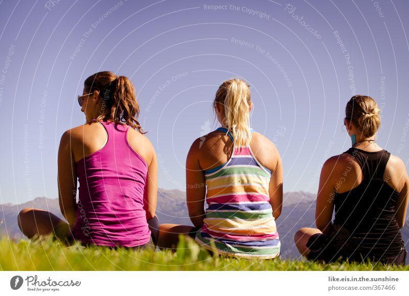 wie die hühner auf der stange Mensch Natur Jugendliche Sommer Freude Junge Frau Ferne Berge u. Gebirge Leben feminin Gras Freiheit Glück Freundschaft