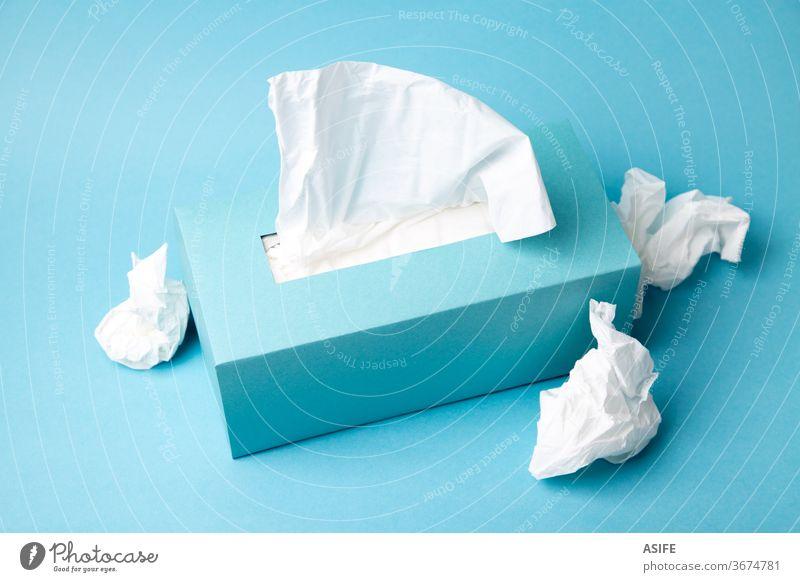 Erkältungs- und Grippekonzept mit einer Gewebebox und zerknitterten Geweben Kasten Einwegartikel Gesundheit Prävention Karton Container Spender Konzept Attrappe