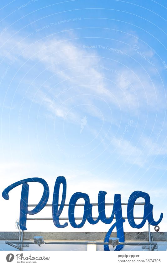 Playa – Schild am Strand in Spanien Schilder & Markierungen Himmel Sommer Ferien & Urlaub & Reisen Außenaufnahme Menschenleer Tourismus Sommerurlaub Meer Tag