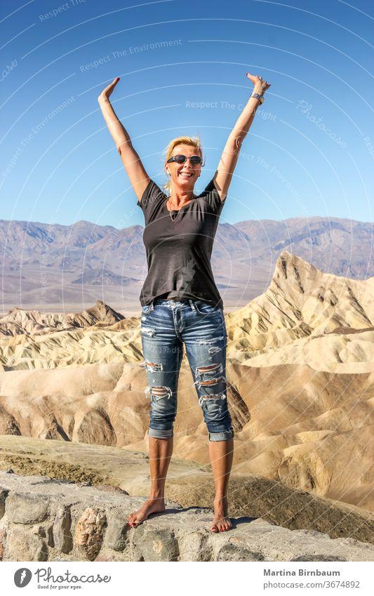 Glückliche kaukasische Frau steht am Zabriskie Point, Death Vallkey National Park Punkt zabriskie Kaukasierin Fröhlichkeit Besucher Landschaft reisen wüst Natur