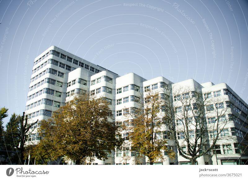 sachliche Architektur mit Schwung Fassade einzigartig Sehenswürdigkeit Originalität retro innovativ Wellenform Architekturfotografie Shell-Haus geschwungen Stil