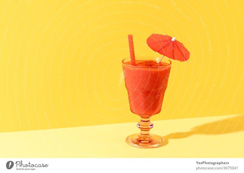 Erdbeer-Smoothie-Glas. Gesundes Sommergetränk. Hausgemachter Schneematsch Hintergrund Getränk Cocktail kalt Farben ausschneiden lecker Dessert Entzug Diät