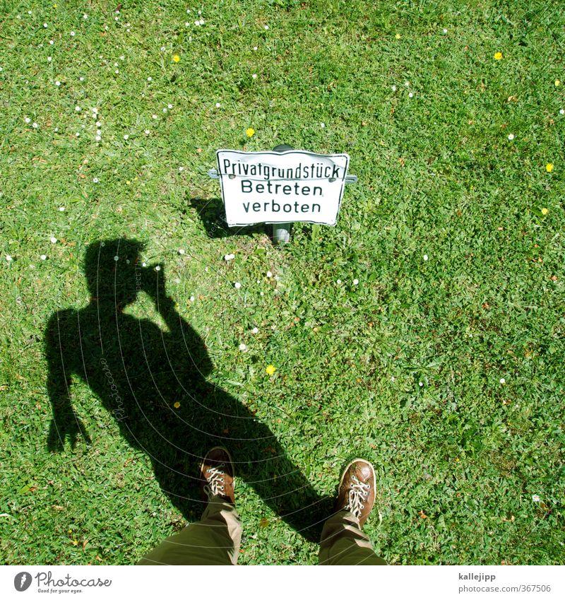 ill-egal Mensch maskulin 1 Natur Garten Park Wiese Zeichen Schriftzeichen Schilder & Markierungen stehen privat Grundstück Grenze Verbote Schatten ungesetzlich