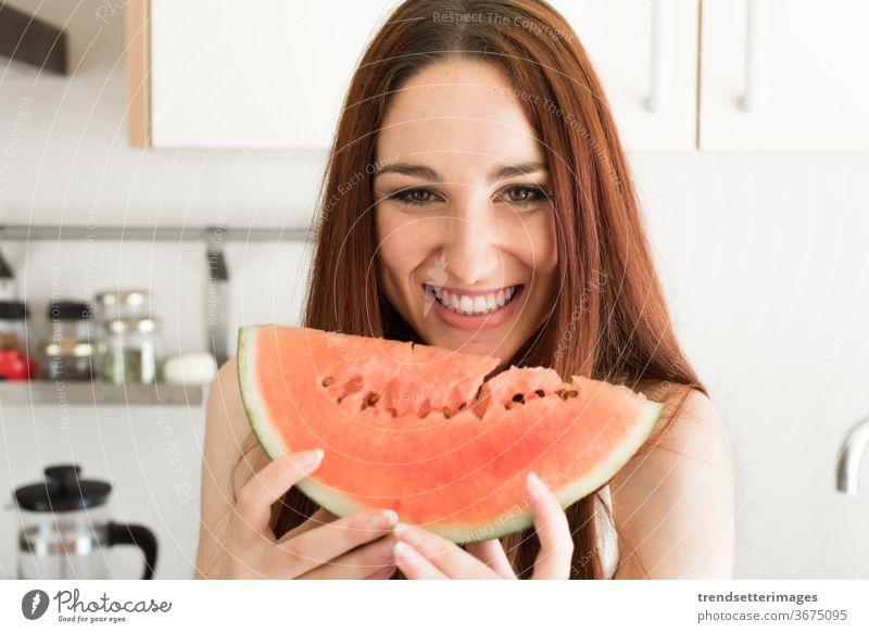 Frau isst Wassermelone Küche Gesundheit Lebensmittel jung Frucht schön frisch heimwärts Lifestyle Glück Diät Mädchen Kaukasier Ernährung hübsch Essen Vegetarier