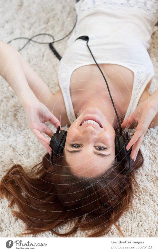 Frau mit Kopfhörern Musik Mädchen hören jung schön Hintergrund weiß Menschen hübsch attraktiv Glück Porträt Erwachsener Kaukasier vereinzelt Lächeln Person