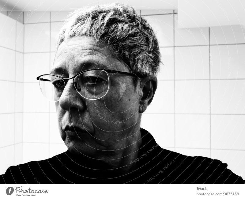 Alt ist alt, seufzte sie und wandte sich ab von ihrem Spiegelbild, und doch, ich durfte bereits lange leben. Frau Porträt Hautfalten Mensch Gesicht Brille