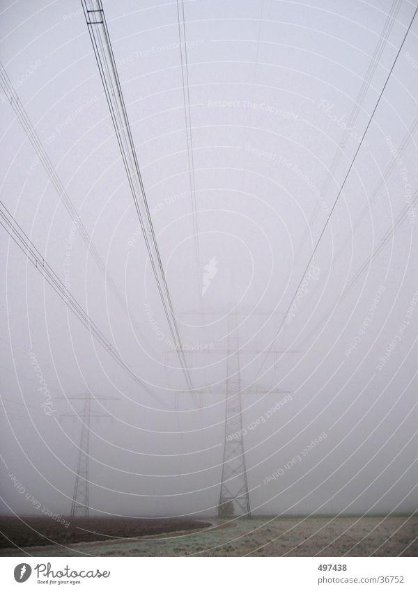 Strom im Nebel Winter Herbst Feld Kabel Strommast