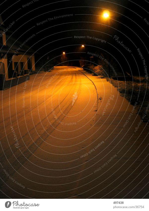 verschneite Straße bei nacht Winter Schnee Verkehr Straßenbeleuchtung