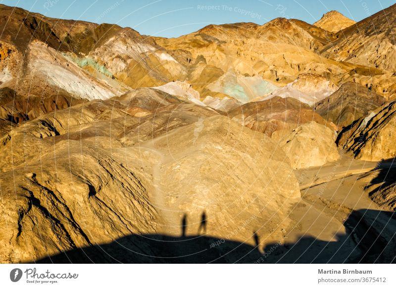 Blick auf die Künstlerfahrt im Tal des Todes mit Schatten von Besuchern auf den Felsen Nationalpark USA Künstler-Laufwerk Straße Touristen Silhouetten