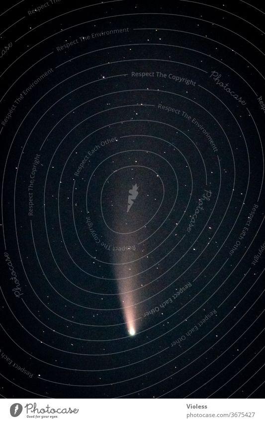 Komet Neowise mit Schweif am Nachthimmel Sterne All Astrofotografie C/2020 F3 Außenaufnahme Weltall Sternenhimmel Astronomie Langzeitbelichtung Unendlichkeit