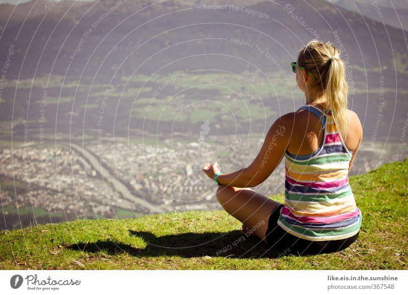 über den dingen stehen Jugendliche Ferien & Urlaub & Reisen Erholung ruhig Junge Frau Erwachsene Ferne Berge u. Gebirge Leben 18-30 Jahre feminin Freiheit blond