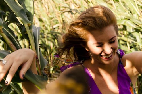 Schattenspiele Mensch Natur Jugendliche schön Sommer Freude Junge Frau Erwachsene 18-30 Jahre feminin Gefühle lachen Glück natürlich Feld Zufriedenheit