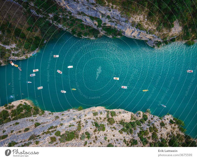 Boote auf dem Verdon in Frankreich - berühmtes Wahrzeichen schön Europa Natur im Freien Schlucht Wald grün Landschaft Provence Felsen Sommer Tourismus reisen