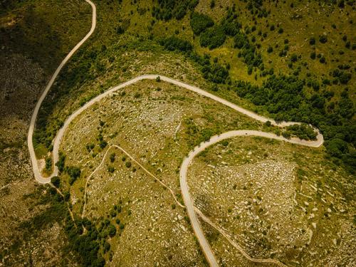 Passstrasse in den französischen Alpen Frankreich Europa Natur reisen Panorama Tourismus Schnee Sport Fahrradfahren grün Felsen Landschaft Sommer Alpenpass