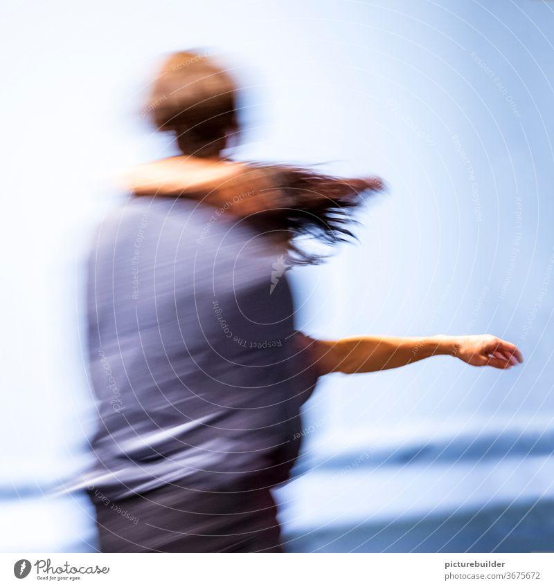 Tanz im Fluss Bewegung Bewegungsunschärfe Paar Dynamik zwei zweisam vertrauen miteinander Team Arm Haare blau Mann Frau Innenaufnahme Farbfoto Zusammensein