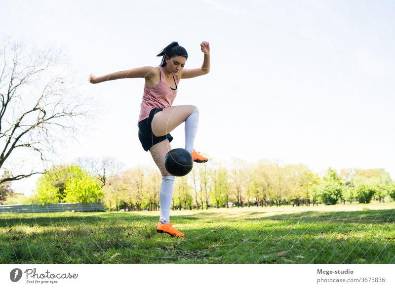 Junge Fußballspielerin übt auf dem Spielfeld. jung Frau praktizieren fokussiert trainiert. Athletik Trick Sommer sportlich Sport Aktivität entspannend Spieler