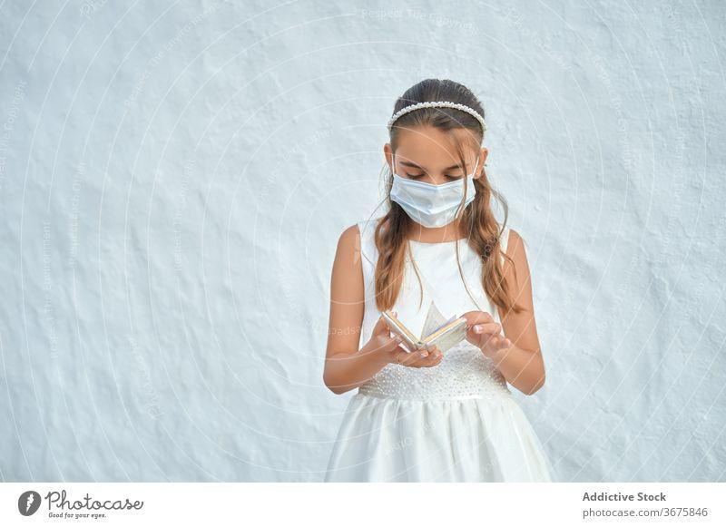 Mädchen mit Schutzmaske bei ihrer Erstkommunion Coronavirus Kommunion Mundschutz Kind christian Prävention Corona-Virus unschuldig religiös Religion Frau Kleid