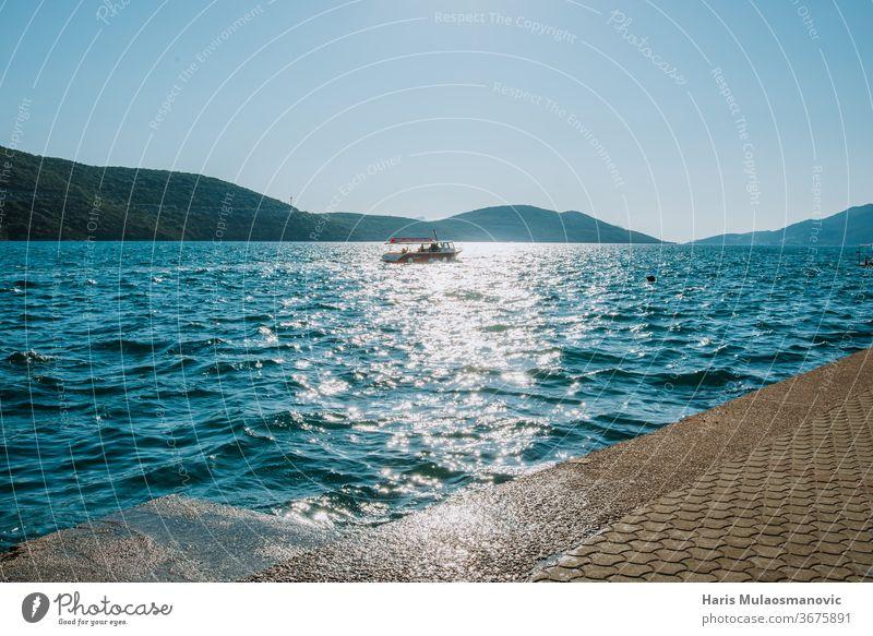 Boot, das in der Ferne auf dem Meer fährt Hintergrund Strand schön blau Küste Konzept Entfernung Europa Feiertag Insel Landschaft mediterran Natur im Freien