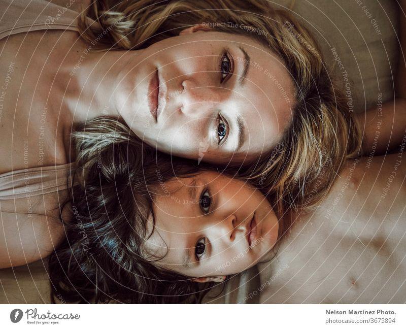 Porträt von Mutter und Tochter im Bett liegend, spanisch und kaukasisch. Hohe Ansicht. Liebe Familie Auge schön Kind hohe Sicht Mama Familie & Verwandtschaft