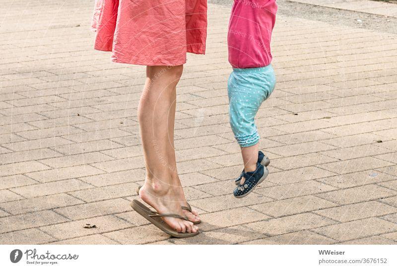 Mutter und Kind beim Hopsen Beine Frau Baby Kleinkind Sommer hüpfen hopsen springen zusammen heiter sonnig warm Kleid Freude Kindheit Familie & Verwandtschaft