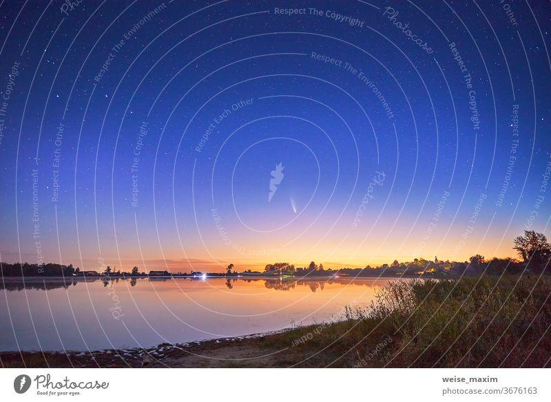Neowiser Komet mit hellem Schweif am Nachthimmel über dem See Stern Himmel neowise Natur Landschaft Astronomie Raum Wasser Galaxie romantisch Meteor dunkel