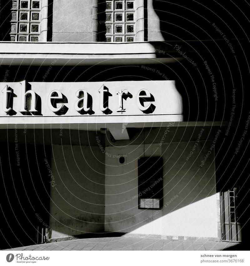 Beau grau mit Kultur Theater Frankreich Gebäude Architektur Historie Sonne Schatten Schwarz Weiß Kontrast Fenster Eingang geschlossen Vorstellung Lampenfieber