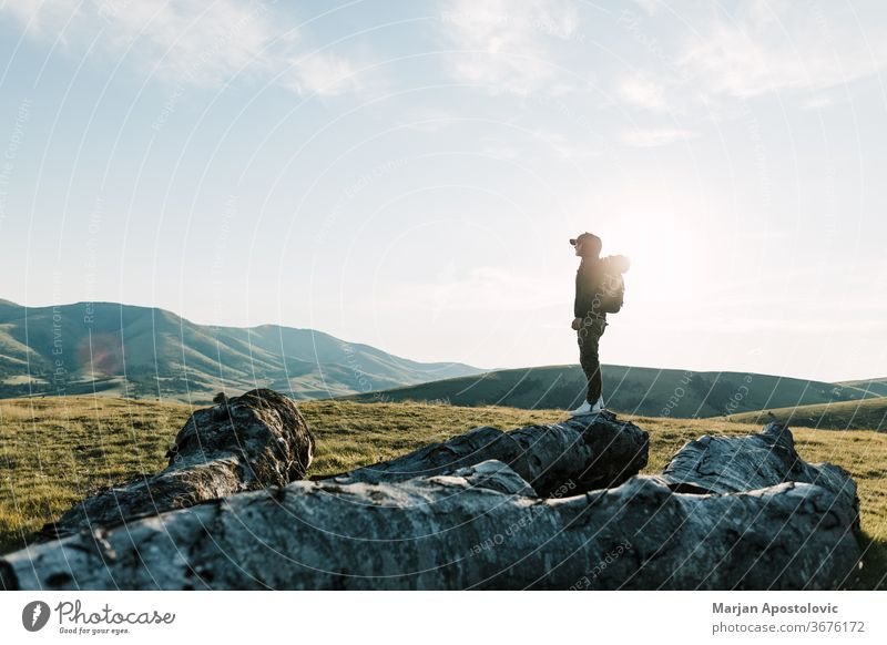 Junger Mann erkundet die freie Natur Abenteuer allein Rucksack Backpacker schön Aufsteiger Tag Fundstück Umwelt Entdecker erkundend Freiheit hoch Wanderung