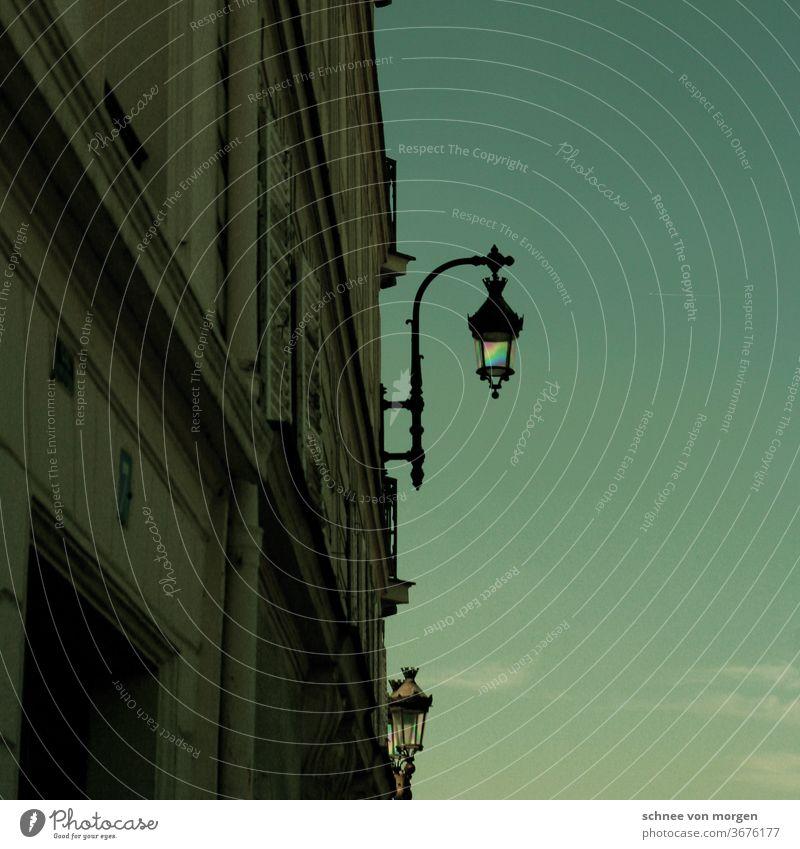 Pariser lampe zur grünen Stunde himmel architektur wolken licht beton antik urlaub laterne Straßenverkehr fluchten blick horizont fenster