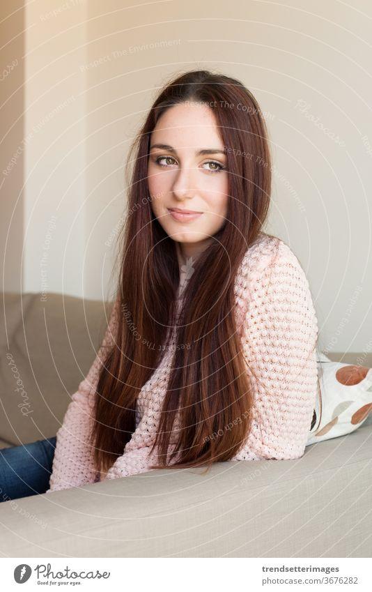 Frauenporträt Sofa heimwärts Glück Raum Liege sich[Akk] entspannen lebend schön jung Menschen Sitzen Person weiß Erwachsener Porträt Haus eine Mädchen Kaukasier