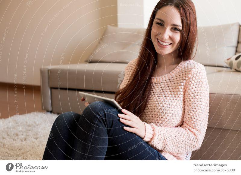 Frau auf Couch mit Tablette Liege heimwärts Sofa jung benutzend Glück Technik & Technologie Raum Sitzen schön digital lässig im Innenbereich Person modern