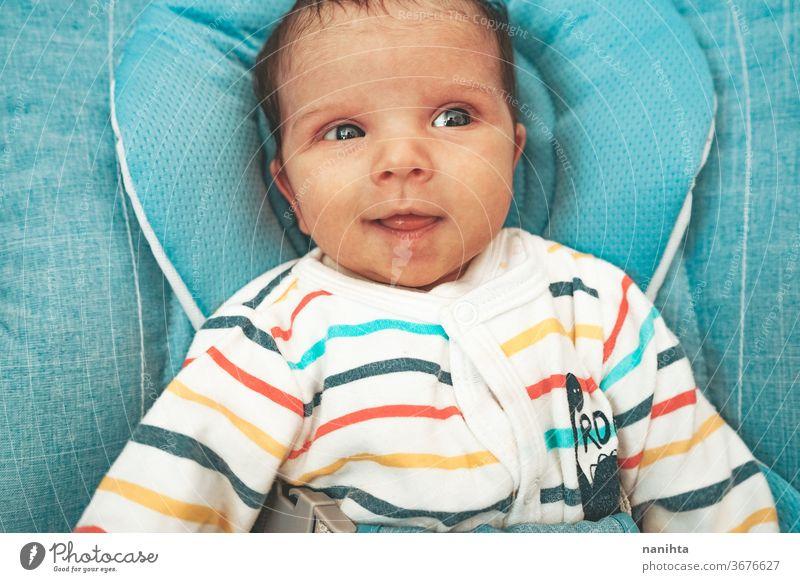 Neugieriges und glückliches neugeborenes Mädchen in der Hängematte Baby lustig Gesicht neugierig bezaubernd niedlich Junge unisex Lächeln expressiv Gefühle
