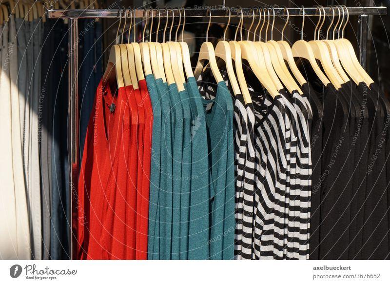 Damenbekleidung Pullover-Mode Kleidung Bekleidung kaufen Ablage Sale Werkstatt Laden Frauen anhaben womenswear Trägerkleid Kleidungsstück Kleiderbügel Stil